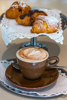 Great ways to make authentic Italian coffee and understand the Italian culture of espresso cappuccino and more! Good Morning Coffee, Coffee Break, Coffee Cafe, Coffee Drinks, Cozy Coffee, Coffee Menu, Coffee Dessert, Coffee Corner, Coffee Signs
