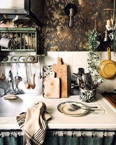 Country Interior Design, Decor Interior Design, Interior Decorating, Unfitted Kitchen, Off The Wall, What To Cook, Location, Getting Organized, Table Settings