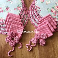 Floral e xadrez!! Amo!! Renovando estoque de algumas estampas e trazendo outras tbm lindas e maravilhosas para vocês!!  #sousplatcrochet #vestindoamesa #sjc #receberbem #crochet #meseiras #meseirasassumidas #mesaposta #mesadecorada #jogoamericano #meseirasdobrasil #mesadodia #noiva #caseirices #mesahits #vestiramesa #mesachic #receberemcasa #mesapostacomamor #sousplat #roupademesa #table #handmade #recebercomamor #lookdamesa #lardocelar #donadecasareal #mesadecor #decoracaodemesa #caf... Crochet Quilt, Crochet Home, Crochet Doilies, Crochet Flowers, Kitchen Placemats, Stitch Patterns, Crochet Patterns, Craft Markets, Crochet Kitchen