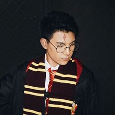 You must play Quidditch. I know a Keeper when I see one. (Yes I edited the scar cuz it was on the wrong side) Black Aesthetic Wallpaper, Aesthetic Wallpapers, Espanto, Screen Wallpaper, Bae, Crushes, Beauty Hacks, Ootd, Amor