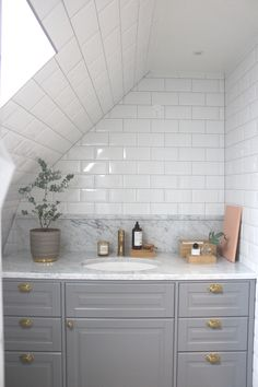 Decorating Kitchen Walls Ideas is definitely important for your home. Whether you pick the Rever Pewter Benjamin Moore or Painting Colors For Kitchen Walls, you will make the best Kitchen Shelf Decor Ideas for your own life. Small Bedroom Designs, Bathroom Design Small, Small Bedrooms, Upstairs Bathrooms, Laundry In Bathroom, Dyi Bathroom, Bathroom Furniture, Bathroom Interior, Bathroom Remodeling