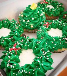 En Bonnies ya llegó la Navidad! Cupcakes Navideños #cupcakes #vainilla #philadelphia #arbolitodenavidad #corona #estrella #christmas #tree #reposteria #artesanal #celebraconbonnies #bonnies.reposteria Corona Cupcakes, Christmas 2017, Christmas Time, Chocolate Navidad, Hair Reference, Christmas Cupcakes, Cake Decorating, Muffins, Sweet Treats