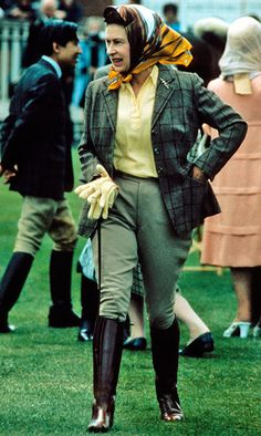 The Monarch looked extremely chic dressed in green jodhpurs, a matching tweed jacket and headscarf at the Windsor Horse Show in Photo: © Getty Images Elizabeth First, Young Queen Elizabeth, Princess Elizabeth, Princess Diana, Royal Uk, Royal Queen, Prinz Philip, Die Queen, Queen Liz