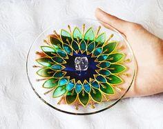 badf4dc7e Incensário Redondo Mandala Margarida Verde e Azul Feita à mão com tinta  relevo e verniz vitral Em vidro com diâmetro aproximado de 13,5 cm