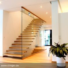Das Zusammenspiel aus Holz, Glas und Edelstahl macht die Tragbolzentreppe nicht nur zu einem zeitgemäßen Bestandteil der Inneneinrichtung, sondern überzeugt…