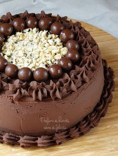torta farcita al cioccolato e nocciole