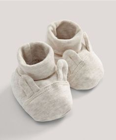 Perfect for baby\'s first wardrobe, these lovely bunny booties ensure baby is warm and cosy through the autumn months. Sand Bunny Booties Includes:- Roll top booties with bunny ear design- Machine washable at 40 °CShell: cotton Trim: cotton elastane Cool Baby, Outfits Niños, Kids Outfits, Toddler Outfits, Baby Boy Outfits, Bunny Nursery, Baby Bouncer, Baby Swimming, Baby Sneakers