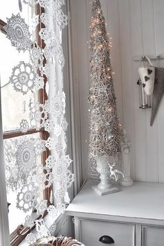 Love the tall tree in an urn & the doilies look like snowflakes