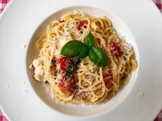 Met dit recept voor Spaghetti alla Sorrentina waan je je bijna in de Sorrento. Bekijk dit lekkere spaghetti recept op AllesOverItaliaansEten.nl!