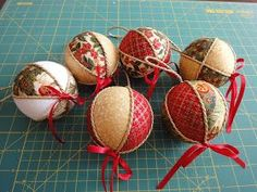 Lovely heart things: Another Christmas ball patchwork (MK) Christmas Patchwork, Quilted Christmas Ornaments, Felt Christmas Decorations, Fabric Ornaments, Hand Painted Ornaments, Christmas Tree Ornaments, Christmas Christmas, Christmas Makes, Christmas Crafts