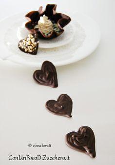Coupelle al cacao e mousse: http://conunpocodizucchero.wordpress.com/2014/02/13/dolce-di-san-valentino-coupelle-al-cacao-con-ganache-bianca-e-spuma-al-torrone/