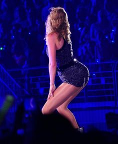Taylor Swift at the Reputation Stadium Tour performing Blank Space. Taylor Swift Legs, Taylor Swift Concert, All About Taylor Swift, Taylor Swift Videos, Live Taylor, Taylor Swift Style, Taylor Swift Pictures, Taylor Alison Swift, Taylor Swift Photoshoot