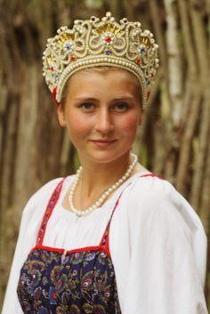 Russian bride in traditional peasant style Russian Folk, Russian Style, Russian Dressing, Russian Wedding, Theatre Costumes, Russian Fashion, Folk Costume, Dance Dresses, Headdress