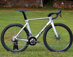 Aero is everything on this Factor One Disc. Push Bikes, Bicycle Components, Cool Bicycles, Bike Design, Road Bikes, Road Racing, Cycling Outfit, Plein Air, Courses