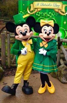 Mickey and Minnie Mouse Mickey And Minnie Costumes, Mickey And Minnie Love, Mickey Mouse And Friends, Mickey Minnie Mouse, Disney Dream, Cute Disney, Disney Magic, Disney Art, Disney Pixar