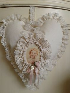 Van creme stof en oud prentje............................  Nelleke Verkouter Felt Crafts Diy, Felt Diy, Crafts To Make, Doilies Crafts, Lace Doilies, Vintage Lace Crafts, Shabby Chic Fabric, Fabric Hearts, Projects To Try