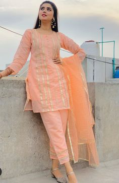 Girls Frock Design, Fancy Dress Design, Stylish Dress Designs, Latest Dress Design, Elegant Designs, Beautiful Pakistani Dresses, Pakistani Dresses Casual, Pakistani Dress Design, Pakistani Girl