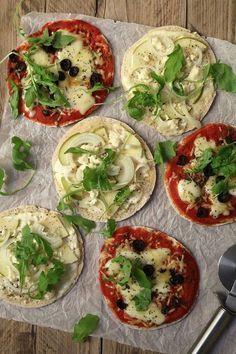 Pizza van pitabroodjes is zo lekker makkelijk en zóóó goed. In dit simpele recept zie je hoe ik het maak en geef ik extra tips voor vegetarische toppings.