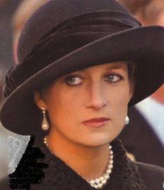 Remembrance Day - Enniskillen ,Le 14 Novembre 1993 Princess Diana Fashion, Princess Diana Family, Princes Diana, Royal Princess, Princess Of Wales, Lady Diana Spencer, Kate Middleton, Royal Uk, Elisabeth