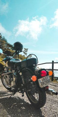 Royal Enfield Wallpapers, Enfield Motorcycle, Royal Enfield Bullet, Old Motorcycles, Classic Man, Gun, Old Things, Wheels, Bike