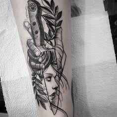 Tatuagem criada por Leandro Amaral de Santo André. Rosto de mulher encaixado no formato de punhal.