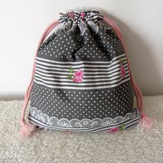 Sac à lingerie, pochon à linge shabby chic en tissu gris à fleurs, pois et dentelle : Textiles et tapis par nymeria-creation