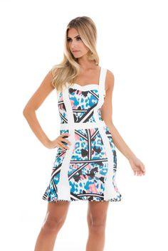 Este vestido estampado estruturado modela o corpo. Os detalhes brancos contrastam com a estampa azul.