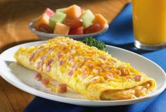 """V Itálii ji nazývají podobně jako překlopenou pizzu, tedy """"Calzone"""". Je velmi šťavnatá a chutná a překládá se na polovinu. Co budete potřebovat? 2 vejce 2-3 PL mléka 1-2 PL polohrubé mouky 75-100 g tvrdého sýra špetku soli olej 5-7 dkg šunky oregano a bazalku podle chuti Jak na to? Mléko si ohřejte, vejce v … Calzone, Macaroni And Cheese, Sandwiches, Recipies, Vegetables, Ethnic Recipes, Tortillas, Foods, Drinks"""