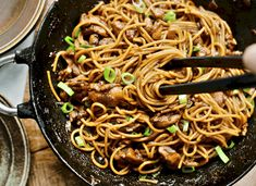 Dutch Recipes, Asian Recipes, Cooking Recipes, Ethnic Recipes, Mie Noodles, Pasta Noodles, Food Design, Garlic Parmesan Potatoes, Noodle Recipes
