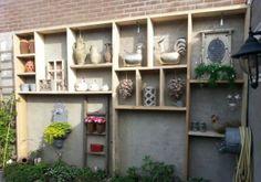 Grote letterbak gemaakt van steigerplanken Palet Deck, Home And Garden, Outdoor Structures, Garden Ideas, Halloween, Summer, Walls, Patio, Summer Time