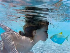 A child swimming under the water with a fish. Under The Water, Under The Sea, Underwater Kiss, Breathing Underwater, Underwater Photography, Summer Photography, Amazing Photography, Landscape Photography, Sea Creatures
