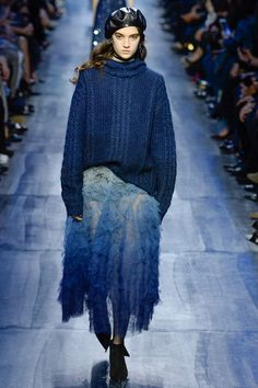 Christian Dior Fall 2017 Ready-to-Wear Collection Photos - Vogue 2017 Fall Fashion Trends, Fashion Week, Fashion 2017, Paris Fashion, Boho Fashion, High Fashion, Fashion Show, Fashion Outfits, Womens Fashion
