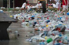 Basura tirada en la plaza del Castillo, el cuarto día de los sanfermines, el 10 de juio de 2016. MIGUEL RIOPA AFP