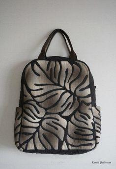 지난번 백팩 만들고... 다신 백팩을 안 만든다 했었죠... 뭐 나름 잘 들고 다니긴 하지만... 차라리 사겠다... Quilted Tote Bags, Patchwork Bags, Fabric Handbags, Fabric Bags, Japanese Bag, Hawaiian Quilts, Backpack Pattern, Big Bags, Handmade Bags