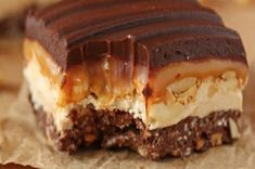 Homemade cookies are good. Homemade brownies are tasty. But homemade candy bars? These have to take the prize for Best Thing That Can Come Our of Your Kitchen. These Crispy Candy Bars have four–FOUR!–layers of delicious Köstliche Desserts, Delicious Desserts, Dessert Recipes, Yummy Food, Tasty, Cake Bars, Dessert Bars, Candy Recipes, Cookie Recipes