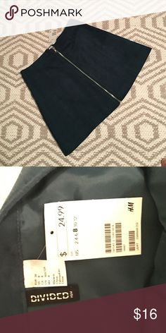 """H&M skirt NWT exposed zipper lined skirt. Polyester fabric. Color is real. Skirt length is 15 1/2"""". H&M Skirts"""