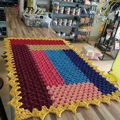 Como Fazer Tapete de Crochê Para Iniciante Passo a Passo! Crochet Carpet, Crochet Home, Crochet Trim, Crochet Table Mat, Baby Blanket Crochet, Crochet Baby, Newborn Crochet Patterns, Granny Square Blanket, Manta Crochet