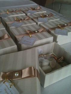Pequenas caixas lembrança batizado, contem saco de organza com 09 amêndoas brancas e uma dourada representando Espirito Santo do Senhor. Acompanha oração e medalha. Cores- off white e nude. contato@helobox.com