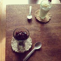 """..  ○ 去年作った桜の塩漬けの            お塩が入った        ほんのり桜の塩味な            みるくプリン  ⚫ この前の金時豆の珈琲煮の       出た煮汁で作ったプリン - 132件のもぐもぐ - """" 白いのと 黒いの どっちにする? """" by おたんこ食堂  d□~°"""