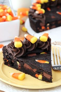 This Candy Corn Chocolate Chip Cookie Cake is perfect for a Halloween party or for baking with your kids. Its easy to make festive and full of rich chocolate & chewy candy corn! - Chewy Candy - Ideas of Chewy Candy Halloween Desserts, Spooky Halloween Cakes, Halloween Torte, Halloween Snacks For Kids, Halloween Cookies Decorated, Halloween Cupcakes, Easy Halloween, Halloween Popcorn, Spooky Treats