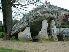 Dolmen dit La Pierre-Levée à Poitiers: face ouest - 2) Le dolmen de la Pierre Levée est daté du néolithique, il est situé près de l'hypogée des Dunes et sur le tracé de l'antique voir romaine, à l'angle de la rue du Dolmen et de la rue de la Pierre Levée. Le terrain attenant est également classé en 1943. Elle est mentionnée dans quelques titres du Moyen Age, aux noms latinisés de différentes façons: Petra Levata en 1299, Patra Soupeaze en 1302, Petra Suspensa en 1322. Poitiers, Noms, Cairns, British Isles, Dit, Places To Visit, Stones, Plants, Rocks