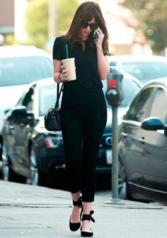 dakota johnson look total black coffee