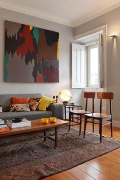Você gosta de mix de referências na decoração? O design deste apartamento em Lisboa, Portugal, combina elementos dos anos 60, 70 e peças contemporâneas. Tudo feito pelo arquiteto Tiago Patrício Rodrigues.