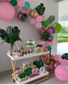 🥰🥰👏🏻💓😍linda Festa Tropical, paleta 🎨 de cores super em alta marsala, e tons de rosa, dourado e verde. que mimo a mesa! Hawaiian Birthday, Flamingo Birthday, Luau Birthday, Flamingo Party, Moana Birthday Party, Luau Party, 2nd Birthday Parties, Kids Luau Parties, Cheetah Birthday