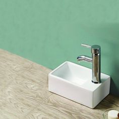 Lave main gain de place Essento 30x20 cm en céramique blanche, le lave main idéal pour les petites surfaces. Un lave main de la marque Rue Du Bain.