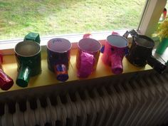 Bloemengieter van blik, wc-rol en papier. Hierin kwam het plantje dat de kinderen zelf mochten zaaien.