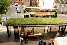 A state-of-the-art bus shelter is being piloted in Manchester to improve the passenger experience and enhance perceptions of public transport Temporary Architecture, Eco Architecture, Bus Stop Design, Halle, Urban Heat Island, Urban Ideas, Bus Shelters, Eco City, Shelter Design