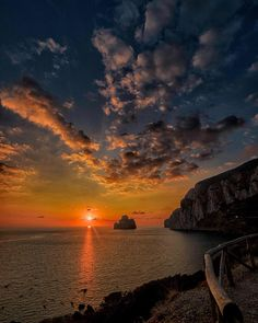 Uno spettacolo lungo 365 giorni  . . #tramonti #tramonto #tramontosulmare #sunsets #sunset #sunset_it #sardegna #igersardegna #clearskys #season #sardegnaaltramonto #tramonti_italiani #vistanetsardegna #sardegnamare2 #igersardegna #imageofsardinia #sardiniamylove #volgosardegna #volgocagliari #ig_italia #nature #photografy #loves_sardegna #vivosardegna #specialesardegna #yallerssardegna#sardiniaexperience #igtravel #igersitalia #visit