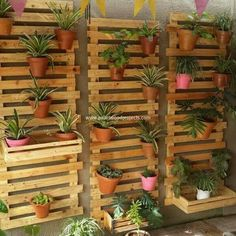 Creative DIY Pallet Ideas to Try out This Weekend: Bringing a unique and fresh sort of touch in the house decorations is quite a wish to do in almost all the house makers but they do fail to. Pallet Garden Walls, Wood Pallet Planters, Deck Planters, Diy Planter Box, Wood Pallets, Planter Pots, Diy Pallet Sofa, Diy Pallet Furniture, Diy Pallet Projects