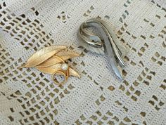 Check out this item in my Etsy shop https://www.etsy.com/listing/271384149/antique-brooches-in-gold-silver-tone